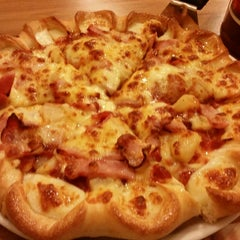 Photo taken at The Pizza Company (เดอะ พิซซ่า คอมปะนี) by yujean97 on 11/30/2014