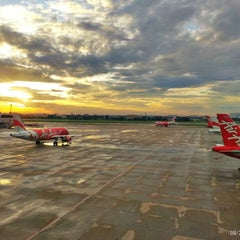 Photo taken at Don Mueang International Airport (DMK) ท่าอากาศยานดอนเมือง by Samard D. on 8/27/2013