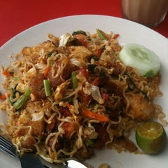 Photo taken at Restoran Malauwi by Alvin T. on 7/28/2013