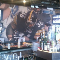 Photo taken at Jerome Bettis' Grille 36 by Kim L. on 12/22/2012