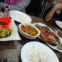 Photo taken at Seri Mesra Ikan Bakar & Seafood by Daniel A. on 10/11/2015
