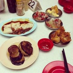 Photo taken at Kedai Kopi dan Makan Seong Kee (祥记饱饺点心茶餐室) by J'J' J. on 3/9/2013