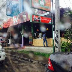 Photo taken at ไก่ทอดเดชา by Puizaa S. on 9/17/2014