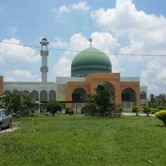 Photo taken at Masjid Al-Ansar, Changkat Lada by Abrar E. on 4/9/2014