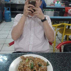 Photo taken at Kwetiaw Sapi Kelapa Gading by Lia H. on 10/13/2014