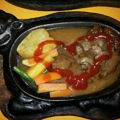Photo taken at Waroeng Steak & Shake by Nita A. on 4/21/2014
