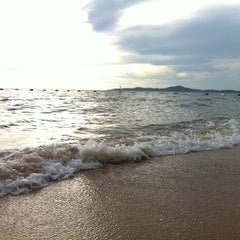 Photo taken at หาดจอมเทียน (Jomtien Beach) by NoOKratAi on 9/22/2012