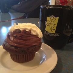 Photo taken at Jarets Stuffed Cupcakes by Minji K. on 12/8/2012