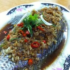 Photo taken at Restaurant Lan Je (兰姐清蒸非洲鱼) - Kepong by Carmen L. on 1/1/2013
