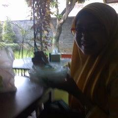 Photo taken at Ayam Geprek Istimewa by Mae I. on 4/4/2014