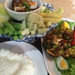 Photo taken at ครัวชุมสาย (Krua Chum Sai) by Pawinee S. on 2/21/2015