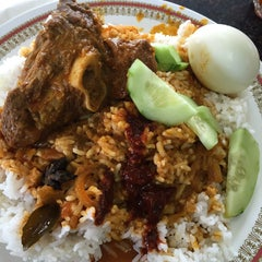 Photo taken at Restoran Kari Kepala Ikan Kampung Pandan by Amenudden H. on 11/6/2015