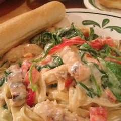 Photo taken at Olive Garden by Tawanna W. on 8/21/2013