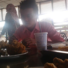 Photo taken at Edlee Fried Chicken by Sa R. on 2/1/2014