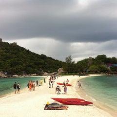 Photo taken at เกาะนางยวน รีสอร์ท | Koh Nang Yuan Dive Resort by Ruk Y. on 8/14/2013