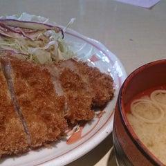 Photo taken at にいむら 大久保店 しゃぶしゃぶ とんかつ by Yasuo M. on 3/10/2014