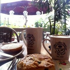 Photo taken at The Coffee Bean & Tea Leaf by Peachy K. on 3/6/2013