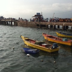 Photo taken at ท่าหน้าบ้าน เกาะล้าน by watnee c. on 4/8/2012
