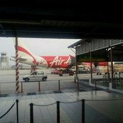 Photo taken at Gate T5 by Matthew㈱ on 8/11/2012