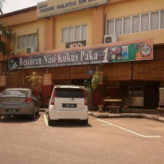 Photo taken at Nasi Kukus Paka 24 Jam by Muhammad Yusri Y. on 7/8/2012