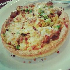 Photo taken at Pizza Hut by Nathália F. on 11/8/2012