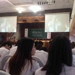 Photo taken at หอประชุมมหาวิทยาลัยหอการค้าไทย by Thippiimauuvz on 9/3/2015