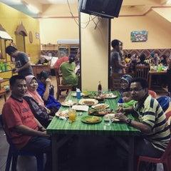 Photo taken at Wak Jos Ikan Bakar,sabak Awor by Husnul H. on 1/31/2015