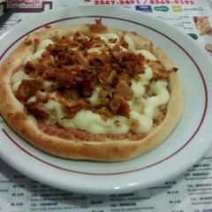 Photo taken at Pizzaria Caramboleta by Amaury S. on 4/23/2014