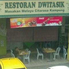 Photo taken at Restoran Dwitasik by Mat L. on 1/10/2013
