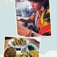 Photo taken at ร้านอาหาร เพื่อน (แม่กลอง) by Vlx V. on 5/11/2014