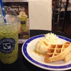 Photo taken at Coffee World (คอฟฟี่ เวิลด์) by Tip on 6/20/2015
