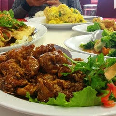 Photo taken at Downtown KLIA Seafood Restaurant (Chinese Seafoods Muslim Cuisine) by Anis S. on 9/26/2015