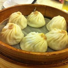 Photo taken at 南翔馒头店 | Nanxiang Steamed Bun Restaurant by Sam W. on 10/26/2012