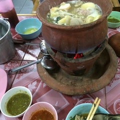 Photo taken at ซุ้ม 2 หมูจุ่ม หน้าวัฒโน by PypHee on 12/30/2014