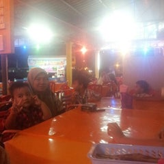 Photo taken at Restoran Juara Ikan Bakar 24 Jam by Ziham Chuckles Z. on 5/29/2014