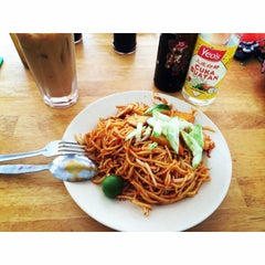 Photo taken at Tanjung Mee Goreng 顺兴茶餐室 by Nana H. on 7/14/2014
