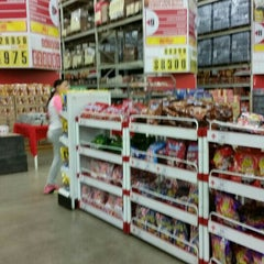 Photo taken at Makro by wilfer o. on 9/6/2015