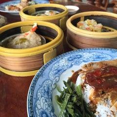 Photo taken at ตงเพ้ง (Tong Peng Chinese Restaurant) by Yiingmiink S. on 2/10/2015