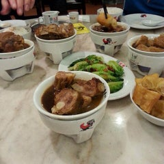 Photo taken at Pao Xiang Bak Kut Teh (宝香绑线肉骨茶) by mitha f. on 7/29/2014