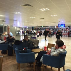 Photo taken at İç Hatlar Gidiş Terminali by B@H@ on 12/30/2015