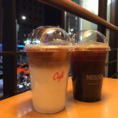 Photo taken at Café NESCAFÉ by Hyejin P. on 5/26/2015