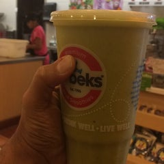 Photo taken at Robeks Fresh Juices & Smoothies by Majed on 11/24/2014