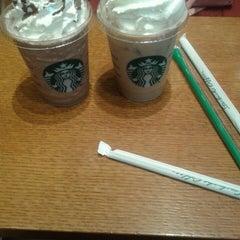 Photo taken at Starbucks (สตาร์บัคส์) by gun on 5/30/2015