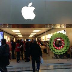 Photo taken at Apple Store, Bridgewater by Raymond T. on 12/28/2012
