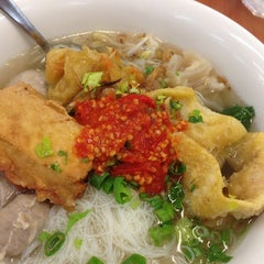 Photo taken at Mie Kocok Bandung by Okktiee B. on 10/25/2014