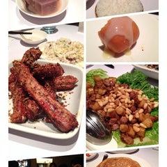 Photo taken at 1010新湘菜館 Pop Hunan Cuisine by Yan-Hay L. on 7/4/2014
