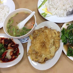 Photo taken at Saujana Tomyam Seafood by Aidatul on 6/14/2015