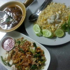 Photo taken at ข้าวผัดปูเมืองทอง ๑ (Mueang Thong Crab-meat Fried Rice 1) by Mutoo P. on 1/2/2013