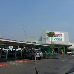 Photo taken at Tesco Lotus (เทสโก้ โลตัส) by Eak M. on 1/22/2013
