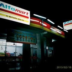 Photo taken at ALFA Mart - Bumi Anggrek ® by prih y. on 2/10/2013